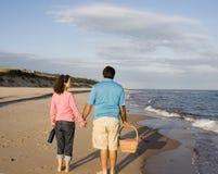 Paare am Strand stockfotos