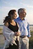 Paare am Strand. stockbilder