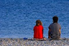 Paare am Strand lizenzfreie stockfotos