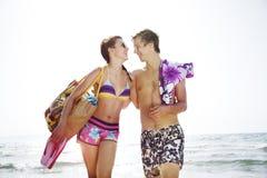 Paare am Strand lizenzfreies stockbild