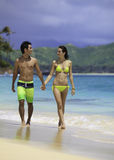 Paare am Strandgehen lizenzfreie stockbilder