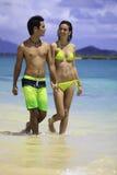 Paare am Strandgehen lizenzfreie stockfotos