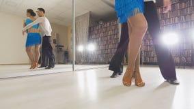Paare tanzen Salsa, Beintänzer stockbild