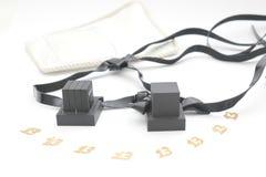 Paare tefilin und Symbol Tallit A der jüdischen Leute, ein Paar tefillin mit schwarzen Bügeln, lokalisiert auf einem weißen Hinte Stockbild