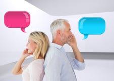 Paare am Telefon mit glänzenden Chatblasen Lizenzfreies Stockfoto