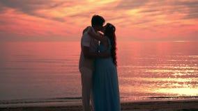 Paare tief in der Liebe Paarstrandsonnenuntergang Küssen des Schattenbildes Lieben Sie Paare stock video