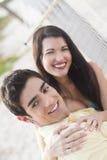 Paare togther auf einer Hängematte Lizenzfreie Stockbilder