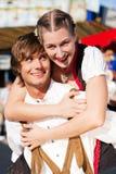 Paare in Tracht auf Dult oder Oktoberfest Lizenzfreie Stockfotos