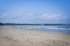 Paare tragender surboards kuta Strand Bali Lizenzfreies Stockfoto