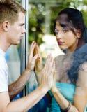 Paare trennten sich durch Glas lizenzfreies stockbild