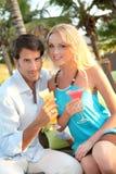 Paare trinkendes coktail in der Rücksortierung Stockfotos