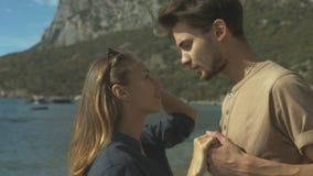 Paare umfassen auf Strand stock video