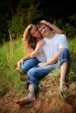 Paare umfassen im hohen Gras Stockbilder