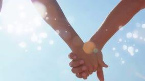 Paare umgaben Hand in Hand durch bokeh Effekt stock video footage