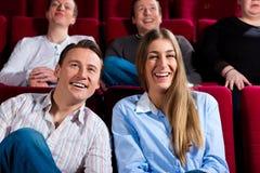 Paare und andere Leute im Kino Lizenzfreie Stockfotos