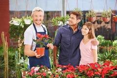 Paare und Gärtner im Kindertagesstättenshop lizenzfreie stockbilder