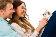 Paare und Hund stockbilder