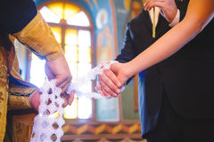 Paare und Priester an der Kirche stockbild
