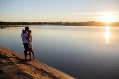 Paare und Sonnenaufgang lizenzfreie stockbilder