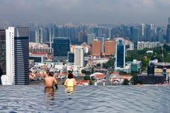 Paare am Unendlichkeits-Pool, Singapur lizenzfreies stockbild