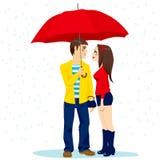 Paare unter rotem Regenschirm Lizenzfreies Stockfoto