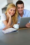 Paare unter Verwendung der Tablette Lizenzfreies Stockbild