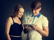 Paare unter Verwendung der Tablette Stockfotografie