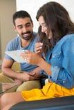 Paare unter Verwendung der Tablette Stockfoto