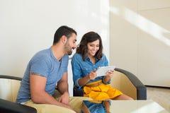 Paare unter Verwendung der Tablette Lizenzfreie Stockbilder