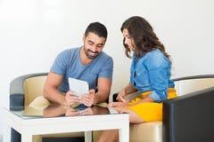 Paare unter Verwendung der Tablette Stockbild