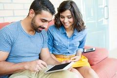 Paare unter Verwendung der Tablette Lizenzfreie Stockfotografie