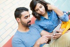 Paare unter Verwendung der Tablette Lizenzfreies Stockfoto