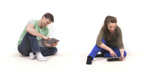 Paare unter Verwendung der Tabletten Lizenzfreie Stockbilder