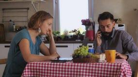 Paare unter Verwendung des Gerätes im Haus stockfotografie