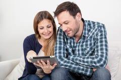 Paare unter Verwendung des ipad Stockfoto