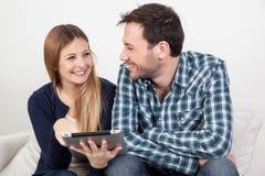 Paare unter Verwendung des ipad Lizenzfreie Stockfotos