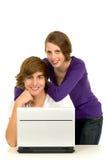 Paare unter Verwendung des Laptops Stockbilder