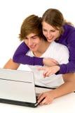 Paare unter Verwendung des Laptops Stockfoto