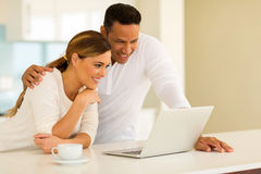 Paare unter Verwendung des Laptops Lizenzfreies Stockbild