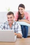 Paare unter Verwendung des Laptops zusammen Lizenzfreies Stockfoto