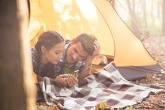 Paare unter Verwendung des smartphon im Wald Stockbild