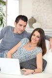 Paare unter Verwendung einer Kreditkarte Stockfotos