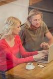 Paare unter Verwendung eines Laptops Lizenzfreie Stockfotos