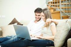 Paare unter Verwendung eines Notizbuches Stockfotos