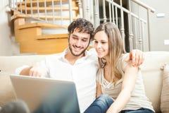 Paare unter Verwendung eines Notizbuches Stockfoto