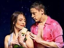 Paare unter Wassertropfen Stockfotos