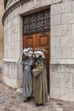 Paare verkleidet lizenzfreie stockfotografie