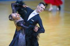 Paare von Alexander Tishuk- und Ekaterina Shibeko Performs Youth Standard-Programm Stockfoto