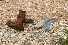 Paare von altem ledernem schnüren sich oben Stiefel stockbilder