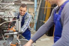 Paare von Arbeitern an der Fabrik Lizenzfreies Stockfoto